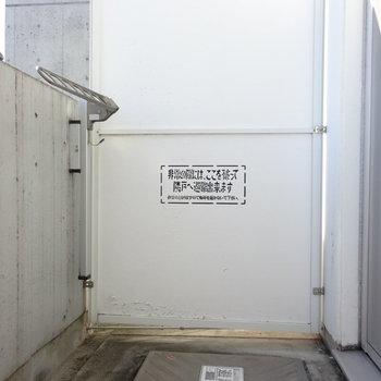 バルコニーも一人分の洗濯にはちょうどいい広さ!(※写真は6階の反転間取り別部屋のものです)