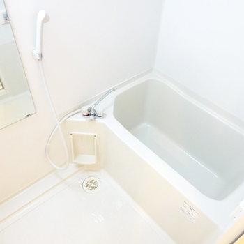 お風呂は一人分にはちょうどいい広さ(※写真は6階の反転間取り別部屋のものです)