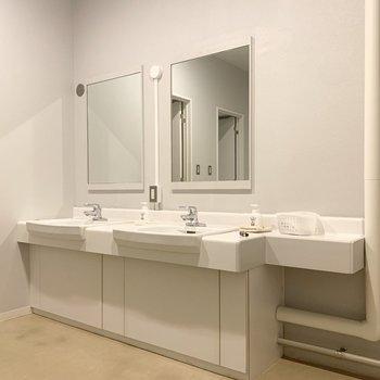 【洗面台】男女別の洗面台があります。