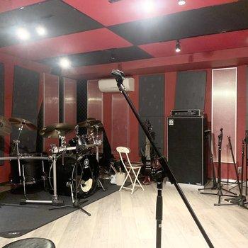 【音楽スタジオ】スタジオは3つあります。ピアノやドラムなどがあります。