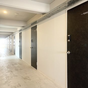 共用廊下部分です。ゆとりのある広さです。
