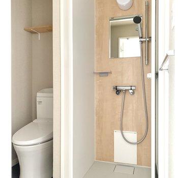 浴室はシャワールームになっているようですね。※フラッシュを使用しています