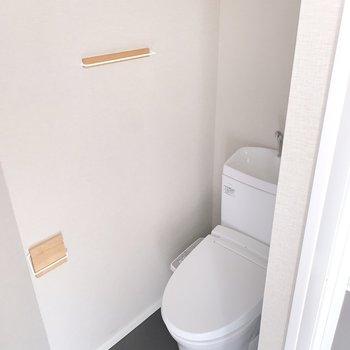 トイレは嬉しい温水洗浄機能付き◎※フラッシュを使用しています