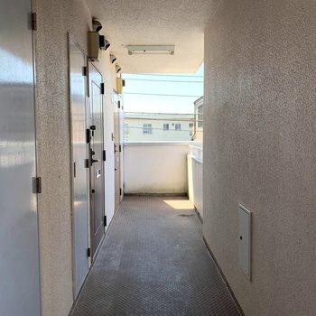 屋根付きで安心の共用部。