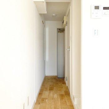 横を抜けると玄関方面へ。