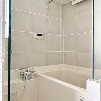 浴槽はゆったり浸かれる深さがありますよ。浴室乾燥機付きです。
