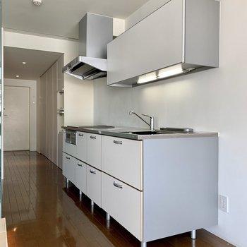 【LDK】キッチンは収納たっぷり。調理器具がスッキリ仕舞えます。