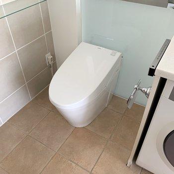 タンクレスのトイレはスッキリとしていますね。
