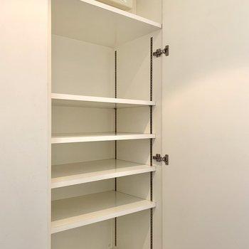 シューズボックスの棚は高さが変えられます。