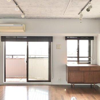 【LDK】大きな窓から光がたっぷり差し込みます。