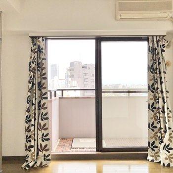 【洋室①】まずは約6帖の洋室へ。※カーテンはサンプルです