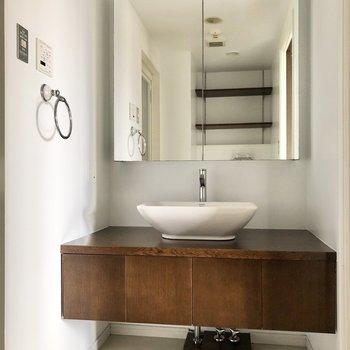 サニタリールームへ行くと、大きな鏡の洗面台とご対面。