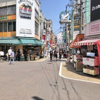 学芸大学駅周辺には様々なお店が立ち並びます。