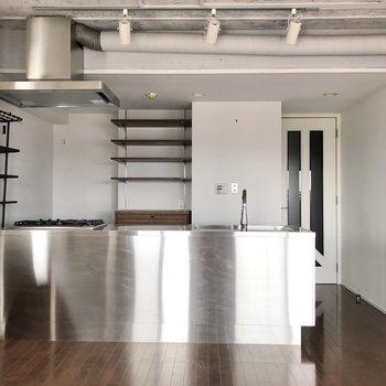 【LDK】キッチンはメタリックスタイル。
