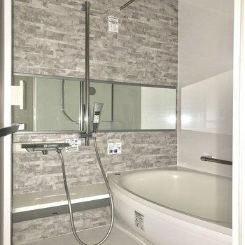お風呂には浴室乾燥機・追焚機能付きです。※写真はフラッシュを使用しています