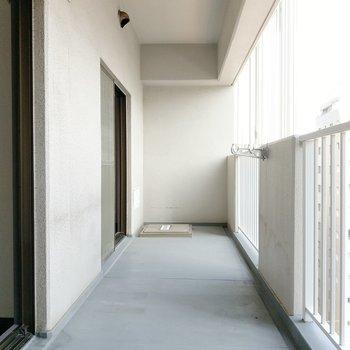 バルコニーもゆったりサイズです。独立した角部屋なのでプライベート感があります。