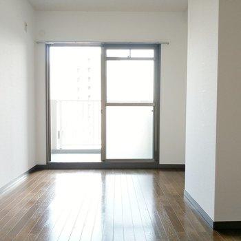 バルコニー側の6帖の洋室。陽射しがやわらかく入ります。