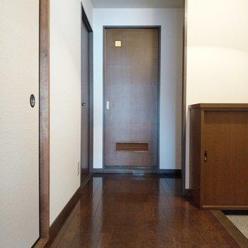 リビング反対側、正面に脱衣所。向かって左の扉が5帖の洋室です。