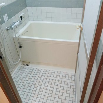 お風呂はタイル張りなので冬場はバスマットがあったらいいな。追い焚き付きです◎