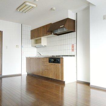 リビングの主役はしっかりとしたキッチン。冷蔵庫やキッチン家電は横に置けます。