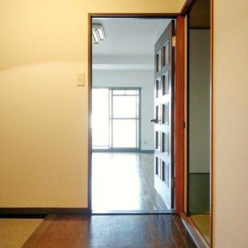 玄関入って左手にリビング。正面に和室です。