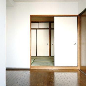 襖の先は、小上がりになった6帖の和室です。