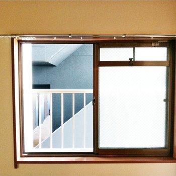和室の窓からはお隣の共用部がちらっと見えます。ミラーレースカーテンはあったほうが安心◎