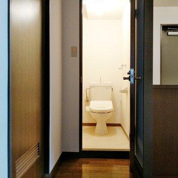 5帖の洋室の正面にウォシュレット付きのトイレ。