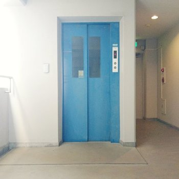 鮮やかブルーのエレベーターです。