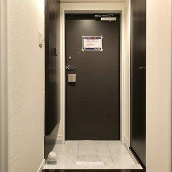 光沢のある黒い床が高級感の象徴かな。(※写真は3階同間取り別部屋のものです)