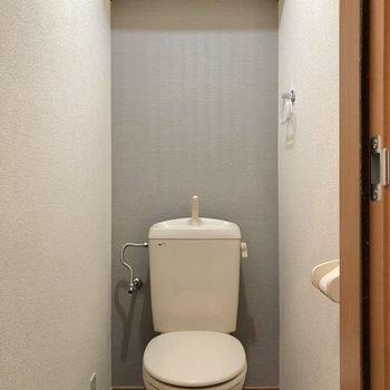トイレには上部収納付き。