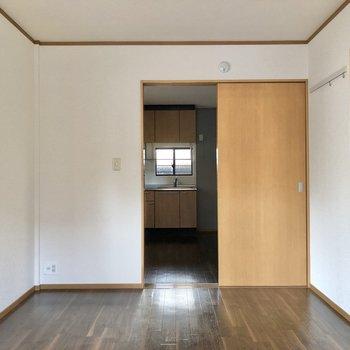 【洋室】正面はダイニングキッチンへと繋がっています。