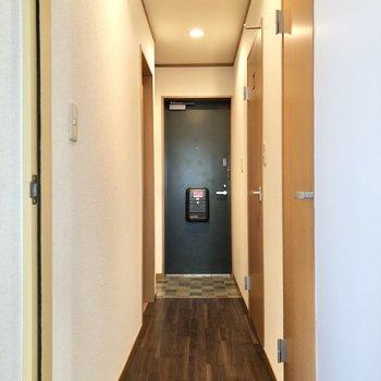 廊下は和室からまっすぐに玄関へと伸びています。