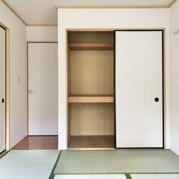 【和室】押し入れにはお布団や座布団もすっぽり入りそう。