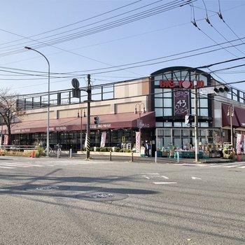 大通りに出るとスーパーもあります。