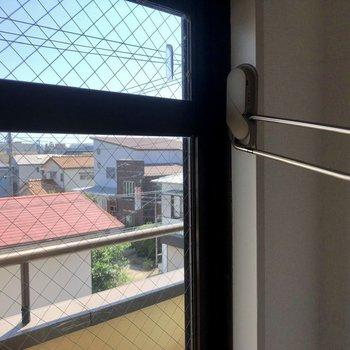 窓際に室内干し用の竿かけも付いています。