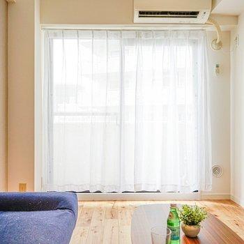 窓からの光と無垢床がよく調和する。(※写真は別部屋のモデルルームのものです)
