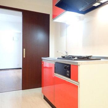 赤いキッチン!元気が出ます。※写真は6階別部屋・同間取りのものです。