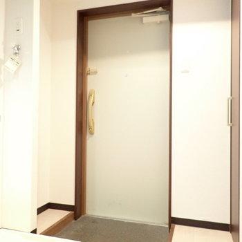 玄関は脱ぎ履きに十分なスペース。※写真は6階別部屋・同間取りのものです。