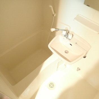 洗面台と一緒のお風呂!※この写真は通電前のものです。※写真は6階別部屋・同間取りのものです。