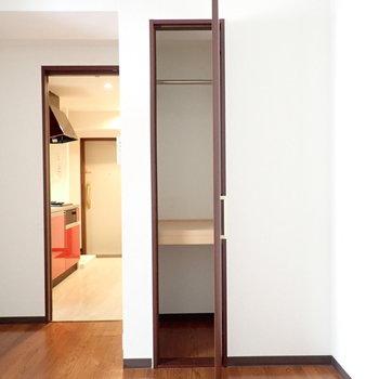 クローゼットは洋服と小物専用に。※写真は6階別部屋・同間取りのものです。