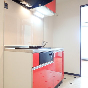 赤いキッチン!床もかわいい模様です。