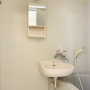 2点ユニットバスの洗面所。鏡もついています。(※写真は9階の同間取り別部屋のものです)