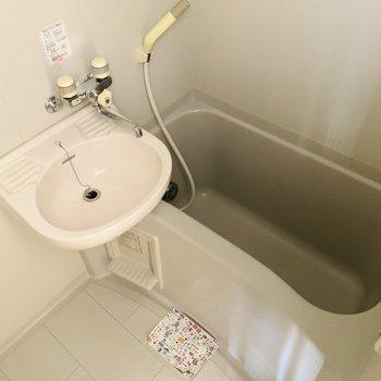浴槽は深めなので、週末はお湯をためてゆったり。(※写真は9階の同間取り別部屋のものです)