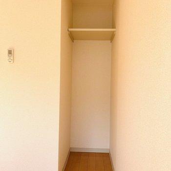 収納はまず小さいのが1つ。カーテンを取り付ければ仕切ることも出来ます。(※写真は9階の同間取り別部屋のものです)
