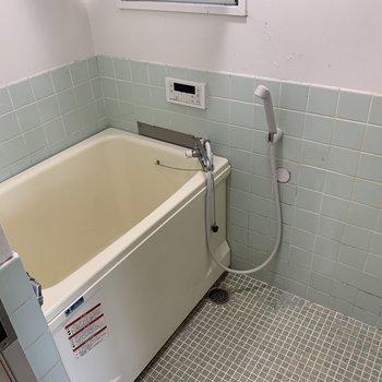 お風呂は床をシート張り、水栓を交換します。