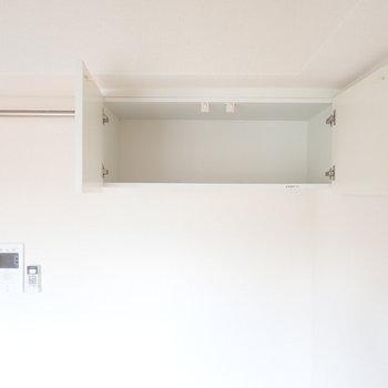 お部屋の上に収納があります!先ほどのハシゴを使うといいですね。軽いストック品などを!