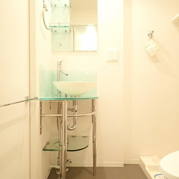 洗面台はクリアな素材たちが使われていて、清潔感があります。