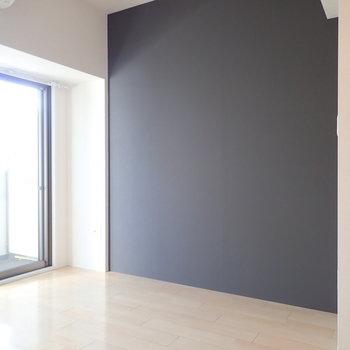 ダークグレーのクロス。濃い色の家具が合いそうです。