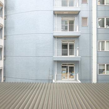 眺望は向かい側の施設。距離があるので圧迫感はありません。